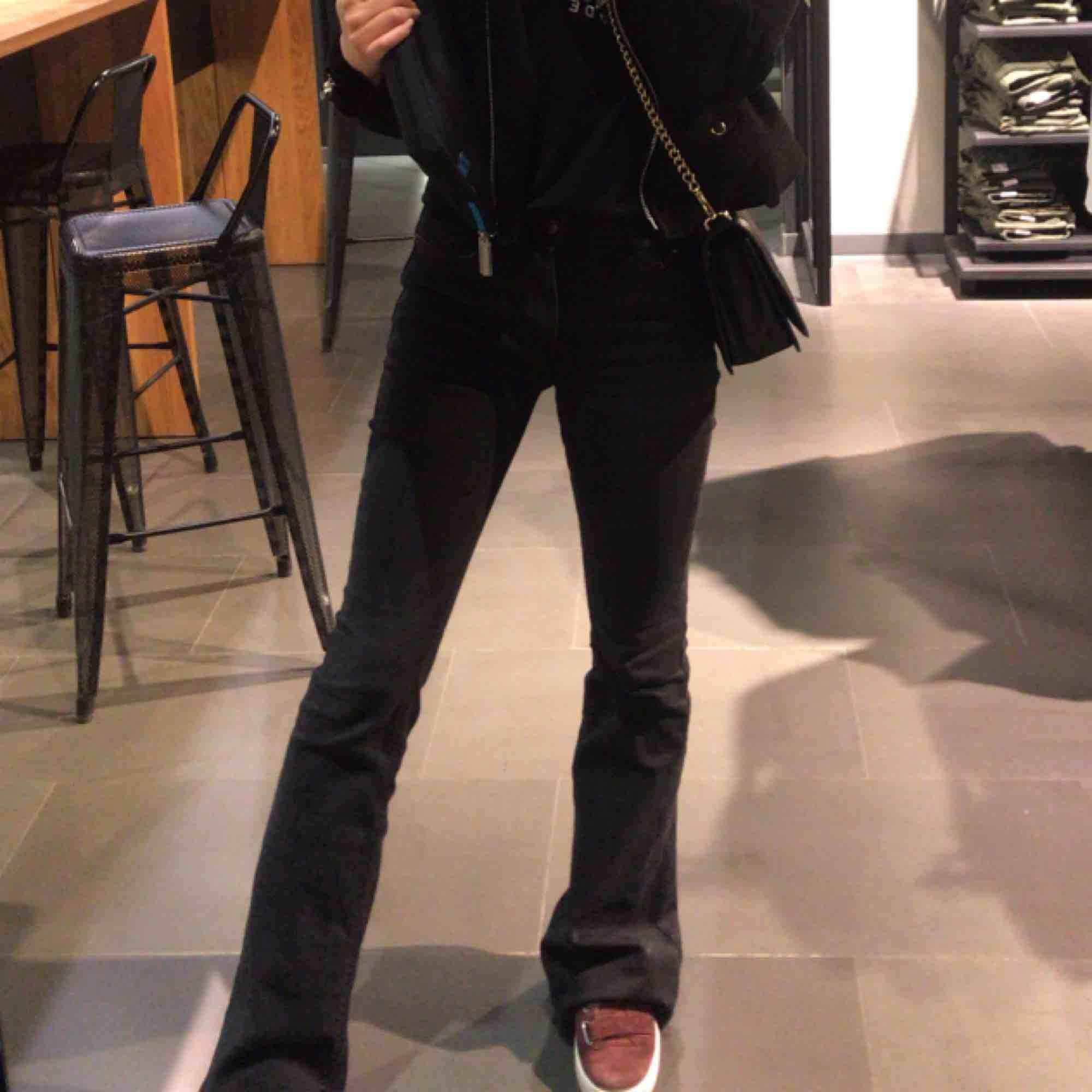 Svarta bootcut/flare jeans, knappast använda. Passar någon mellan 1650-170?cm. Jeans & Byxor.