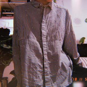 Skjorta med öppning i sidan, köpt här på Plick men jag själv har bara använt den en gång. Känns som nyskick!