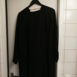 En väldigt fin svart klänning från Carin Wester med väldigt snygg låg rygg. Väldigt snygg som den är eller med skärp i midjan. Frakt betalas av köparen 🌺🌺