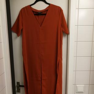 En rost/orangefärgad lång tshirt med höga slitsar. Från monki. Köparen står för frakt 🌺🌺