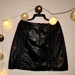 """Snygg kjol från new yorker. """"Flätade"""" detaljer och dragkedja ibak. Använd fåtal gånger, bra skick ser bara lite skrynklig ut"""