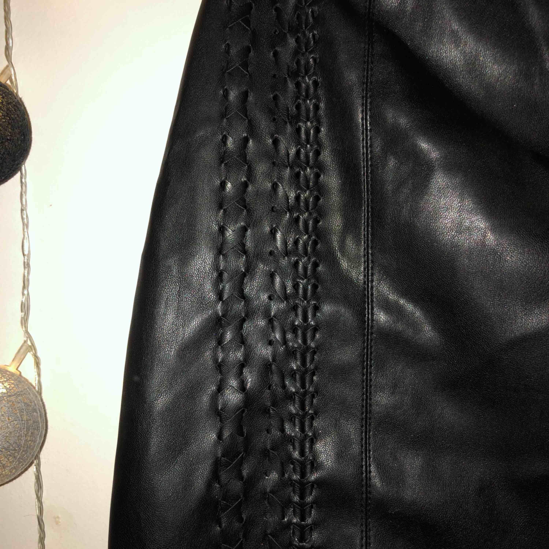 """Snygg kjol från new yorker. """"Flätade"""" detaljer och dragkedja ibak. Använd fåtal gånger, bra skick ser bara lite skrynklig ut. Kjolar."""