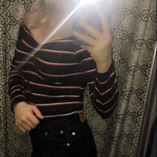 En fin randig tröja från bikbok i storlek S men skulle säga att den passar som xs också💓