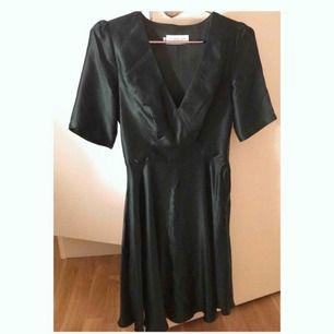 Superfin, helt oanvänd klänning från By Malina. 100% siden. Otroligt vacker lyster, storlek XS. Fin smaragdgrön färg. Ord pris ca 3000 kr.