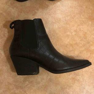 Skitsnygga skor från Asos. Använda 1 gång. Säljer pga för små för mig..  Frakt tillkommer, annars möts jag gärna upp i Kristianstad.