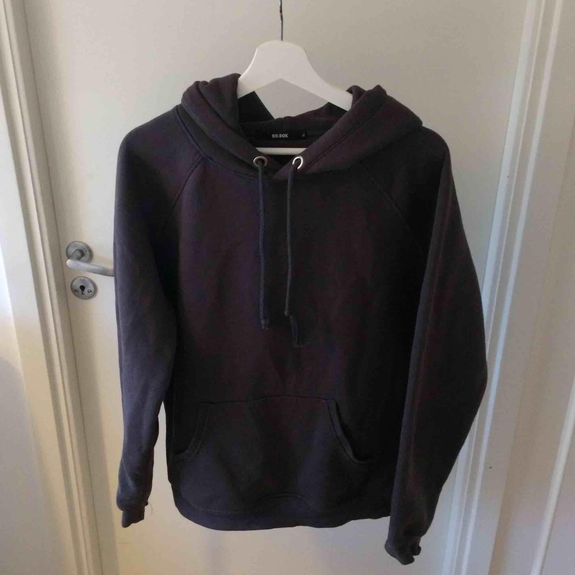Säljer min bikbok hoodie. Har inte använt så många gånger så det bra skick och perfekt nu inför hösten!! Kan mötas i Sthlm eller skicka (köparen står för frakt). Huvtröjor & Träningströjor.