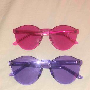Nästan aldrig använda färgglada solglasögon 50kr paret inget måste på att köpa båda obs ((; dom är lika stora knäpp vinkel