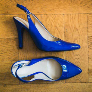 Blå Nine West slingbacks med klack. US7 EU38 köpt i USA Blue Nine West slingbacks with stiletto heel. Size 7, worn maybe twice, perfect condition. Pick up in Gärdet, or somewhere central/ Alt frakt but you pay Porto.