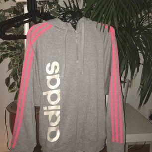 Adidashoodie med snygg stil på dragkedjan!!! Storlek M, 170kr frakt ingår!!