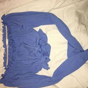 Blå kort tröja ifrån Nelly, använd fåtal gånger så i nyskick. Liten i storlek så mer som en M.