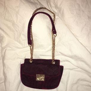 Söt väska perfekt till fest eller vardags, använd men fint skick. Har en liten liten fläck men inget man tänker på.