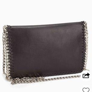 Säljer denna ursnygga och praktiska svarta väskan, passar till alla tillfällen och liknar den klassiska Stella McCartney väskan💗