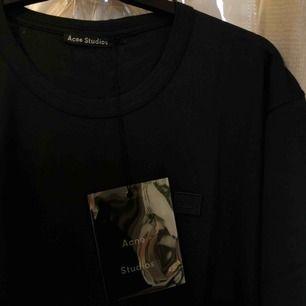 svart Acne studios t shirt. Köpt för typ en månad sen, aldrig använd så orginallappen hänger kvar.