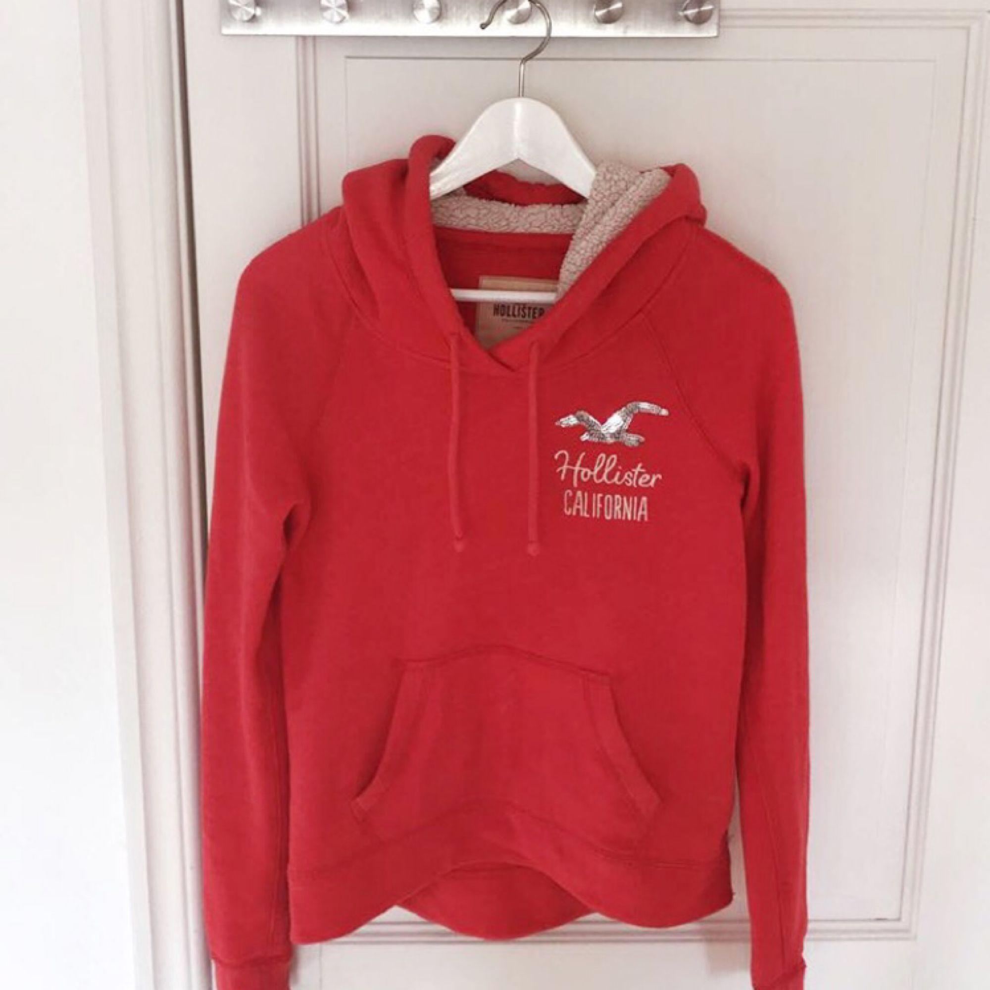 Säljer min hollister hoodie i väldigt bra skick i storlek XS. Hör av dig vid eventuella frågor 🌸. Huvtröjor & Träningströjor.