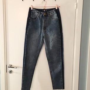 Jeans fr Boohoo. Använda 2 gånger. Mörkare utmed sidorna. Säljes pga platsbrist i garderoben.   Kan postas, köparen står för frakten.