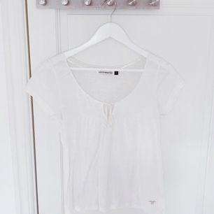 Säljer en vit t-shirt i storlek XS. Använd en gång så den är i nyskick. Hör av dig vid eventuella frågor 🌸