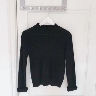 Säljer en stickad svart tröja i storlek XS. Sparsamt använd och är i toppenskick.  Hör av dig vid eventuella frågor 🌸