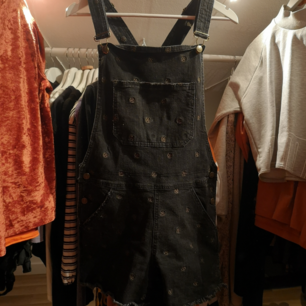 Cool hängselshorts från Drop Dead som aldrig har använts. Inköpta för några år sedan men sen har de bara legat! 👽  Frakt: 50 kr!