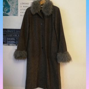 Kappa i 70% ull med fuskpälsdetaljer, liten 36a så passar snarare 34, rak passform och jättevarm med rymliga fickor!