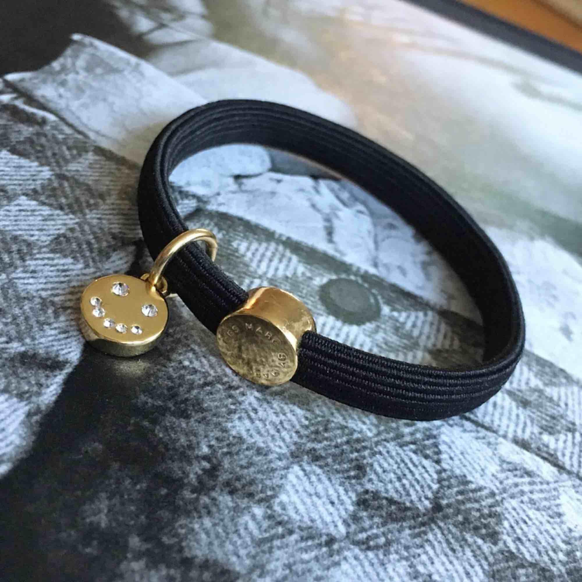 Super fint Marc Jacobs armband i toppen skick! Äkta, perfekt till dig själv eller ge bort i julklapp 🎁 . Accessoarer.