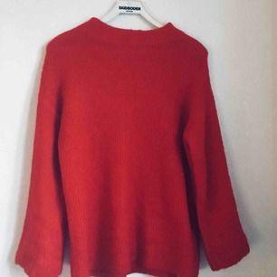 Röd stickad tröja med vida armag i väldigt fint skick. Endast använd 2 gånger men tyvärr passar jag inte i rött. Sååå himla fin och mjuk, värmer perfekt nu i kylan. ❤️🍂