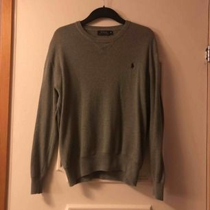 Grå Ralph Lauren tröja i storlek M sitter dock lite mindre, inga flaws