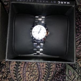 Klocka i silver fr Marc Jacobs, äkta, kommer med originalbox, modell mindre.