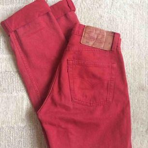 Supersnygga högmidjade vintage Levis som är röda! Går inte att få tag på i butiker. Perfekt skick, strlk 26. Möts upp i Vasastan eller fraktar :)