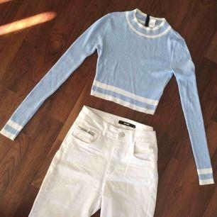 Skitsnygg outfit, Ribbstickad crop top i Strl XS och högmidjade jeans från Bikbok i absolut nyskick!  Köparen står för eventuell frakt, men jag samfraktar gärna! ☺️