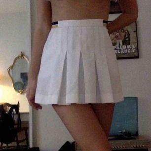 En superfin tenniskjol från Urban Outfitters som knappt är använd då det är för stor för mig :( frakt tillkommer <3