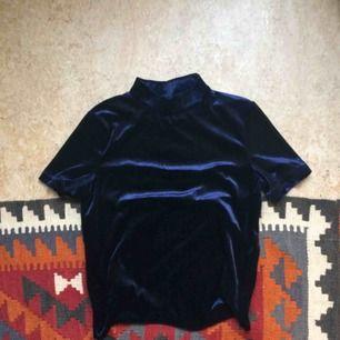 Mörkblå sammetströja, t-shirt. Oanvänd.