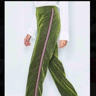 Snygga glittriga gröna byxor med detaljer på sidorna av benen, använda två gånger.