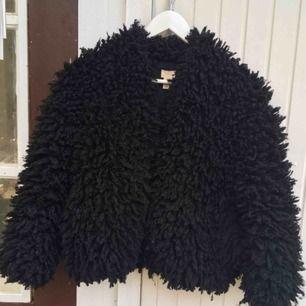 Kort, svart, lurvig jacka från h&m. Köpt på plick. Finns ett litet metallknäppe på den. Frakt 79kr. Bara att skriva för frågor eller mer bilder!