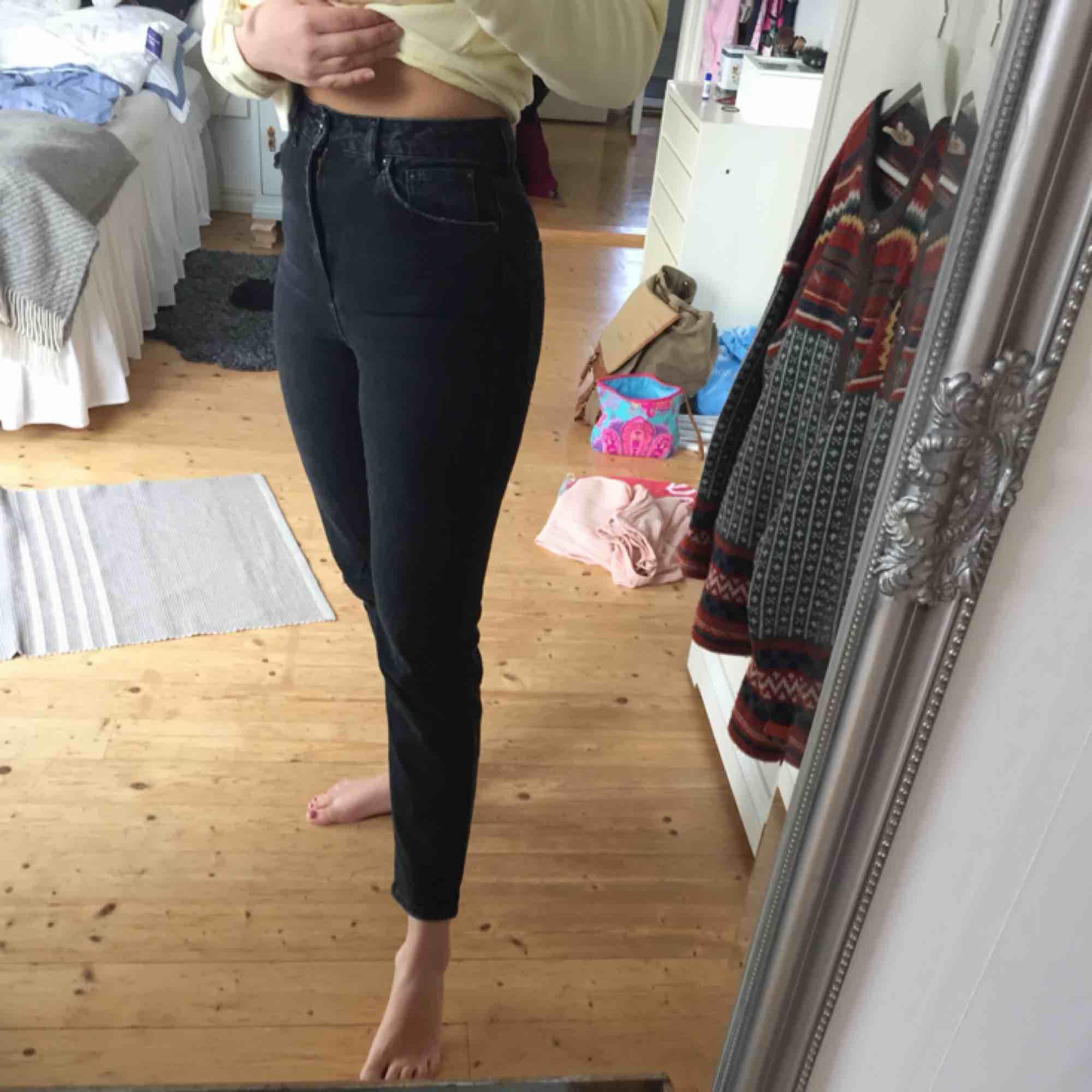 Sjukt snygga mom jeans från top shop. Inköpta förra året men använts max fem gånger sedan dess. Säljer på grund av att är för tighta för mig. Frakt tillkommer!. Jeans & Byxor.