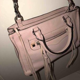 Säljer min fantastiska micro regan satchel från Rebecca minkoff. Endast använd ett fåtal gånger. Medföljer utbytbara dekorationsremmar och dustbag! Nypris 3231kr