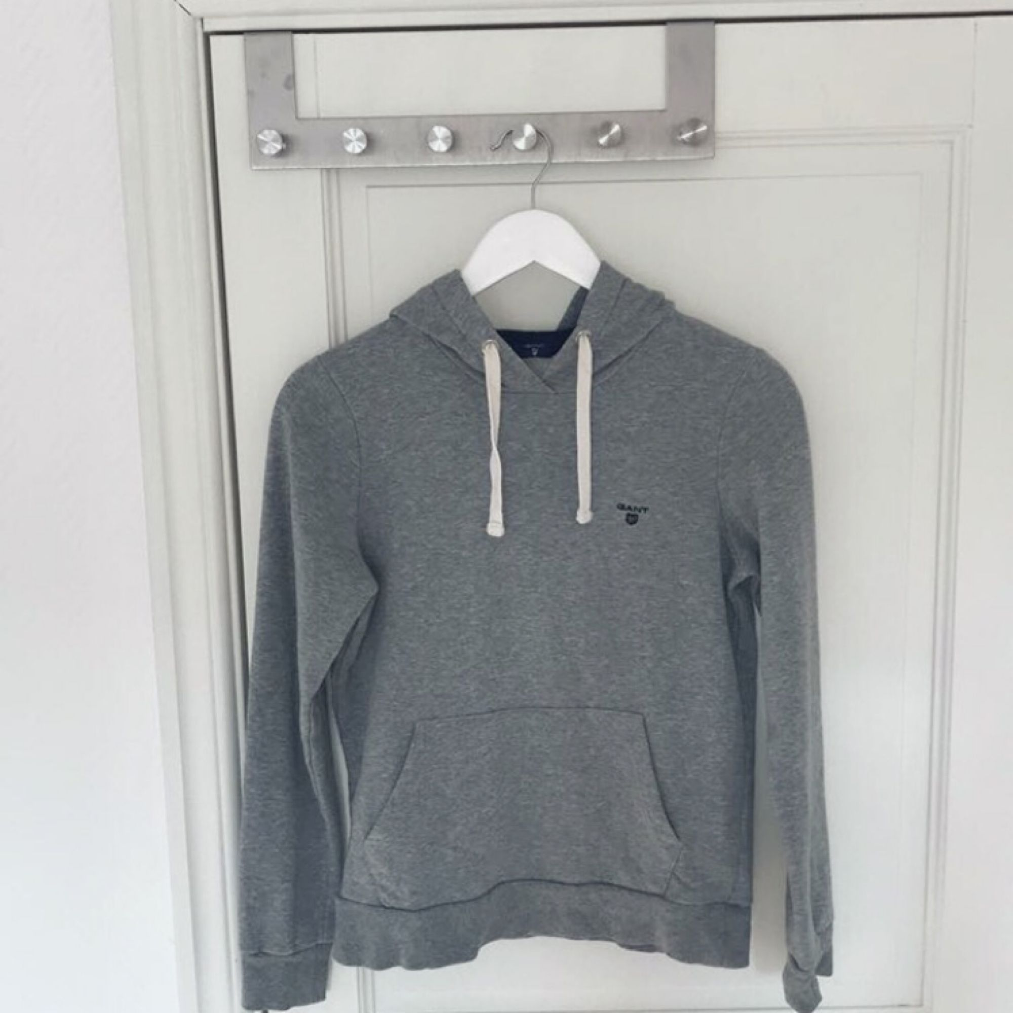 Säljer min Gant hoodie i storlek XS. Knappt använd så i perfekt skick. Nypris ca 1000kr.  Hör av er vid frågor 🌸. Huvtröjor & Träningströjor.