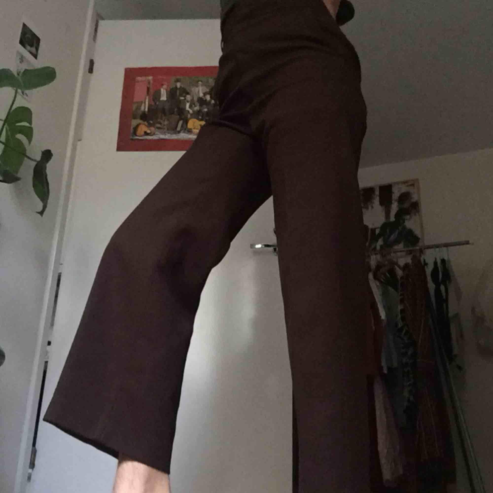 Bruna, högmidjade, något utsvängda jättefina och sköna byxor med lite stretch! Prima skick! . Jeans & Byxor.