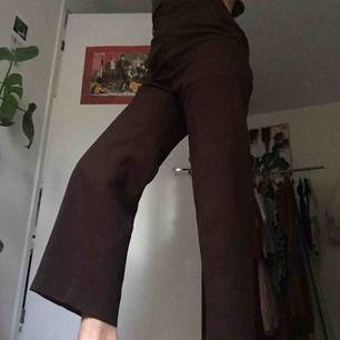Bruna, högmidjade, något utsvängda jättefina och sköna byxor med lite stretch! Prima skick!
