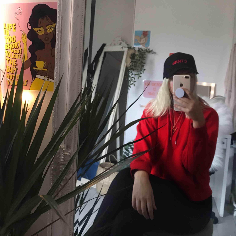 Aldrig fel med rött, skit mysiga hoodien från monki. frakten betalar köparen själv 💌. Huvtröjor & Träningströjor.