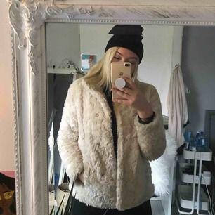 trendig benvit faux fur jacka