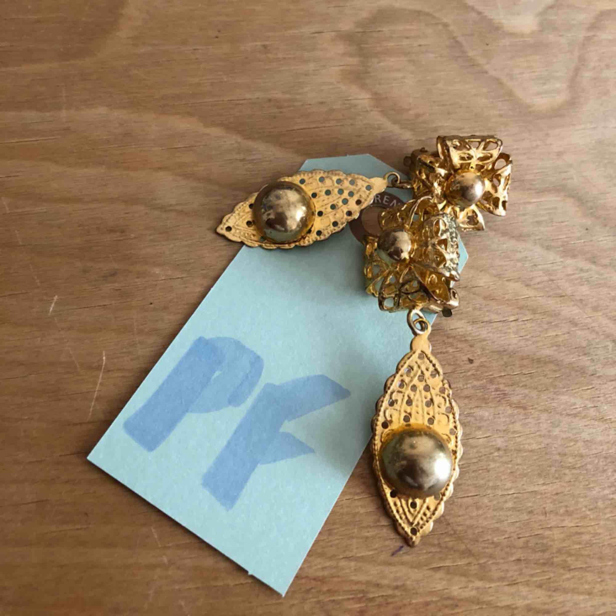 Vintage golden clip on earrings. . Accessoarer.