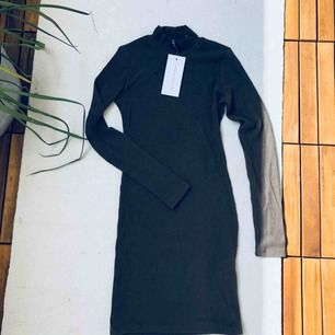 Tight Fodralklänning från chiquelle, oanvänd tags kvar. Militärgrön och ribbad, superfin på.
