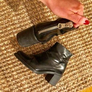 Supersnygga lackade boots med dragkedja bak, använd ca 3 gånger, toppskick. Nypris 1299kr