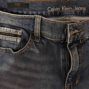 Jeans straight mid rise från Calvin Klein jeans. Använda 1 gång och är som helt nya, är 166 cm och tyvärr tyckte jag sen att byxbenen var för långa för mig.