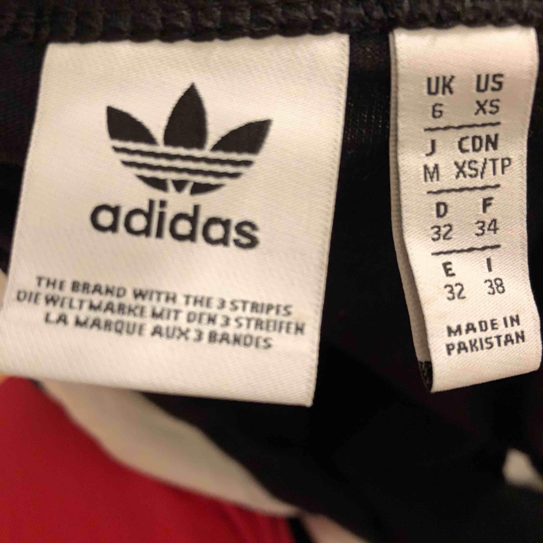Adidas crop top från JD sports. I väldigt bra skick och plagget är normalt i storleken. Toppar.