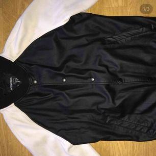 Handgjorde premium jacka av läder från Jack and Jones, mycket fin, 9/10 i skick, säljes på grund av rensning, nypris 499kr
