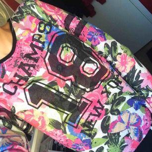 Supersnygg blommig tröja med detaljer, endast provad😊 Strl XS
