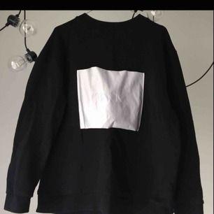Collage tröja från Ann Sofie Back i en lätt oversize modell. Det står stl 42 men upplevs som 38.  Den är i använt skick med en liten fläck på den vita loggan (se bild 3) därav det låga priset.