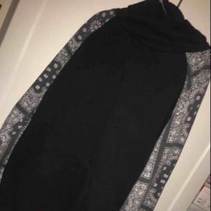 En bandana hoodie i hängig och pösig stil