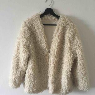 supermysig fluffig jacka från H&M, köpt för 499:- för 2 år sedan. använd max 5 gånger sedan dess. pris inklusive frakt!!